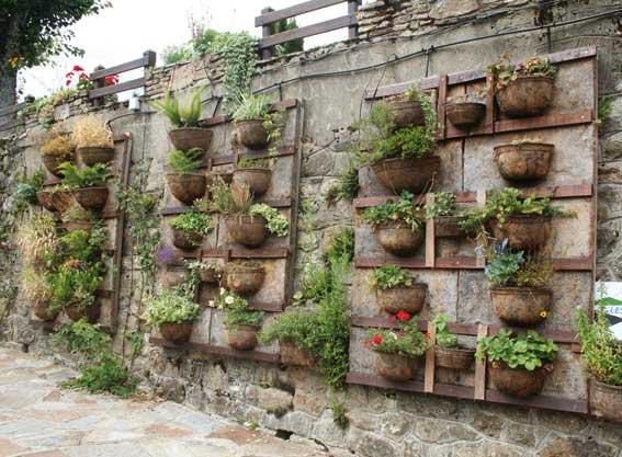 en este tipo de jardines las plantas se enrazan entre los de dos lminas las cuales son de material fibroso y anclado a la pared